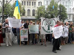 Пикет у Горсовета. Харьковчане требуют отставки и.о. мэра Г. Кернеса. Активисты Зелёного Фронта с флагами и самодельными плакатами