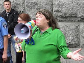 Пикет у Горсовета. Харьковчане требуют отставки и.о. мэра Г. Кернеса. Выступает писательница Валентина Овод.