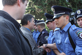 (с) Главное: Милиция не пускает депутата Авакова и защитников парка – избирателей, к облсовету.
