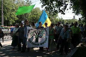 """Сторонники """"Зелёного Фронта"""" подходят к месту вырубки (ул. Сумская, 19.06.2010)"""