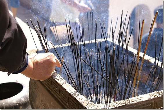800px-Burning_incense_sticks_at_Wutai_Shan