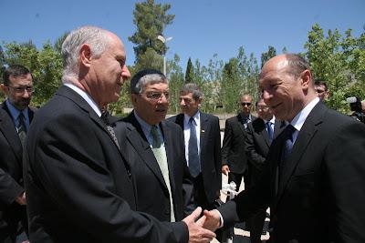 תמונה של השר עם נשיא רומניה