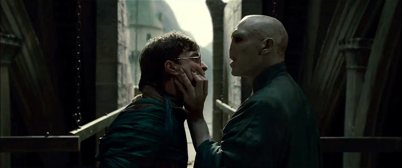 (L-r) DANIEL RADCLIFFE as Harry Potter and RALPH FIENNES as Lord Voldemort in Warner Bros. Pictures™ fantasy adventure HARRY POTTER AND THE DEATHLY HALLOWS