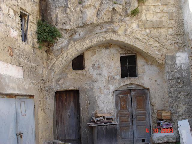 Заброшенные дома-пещеры