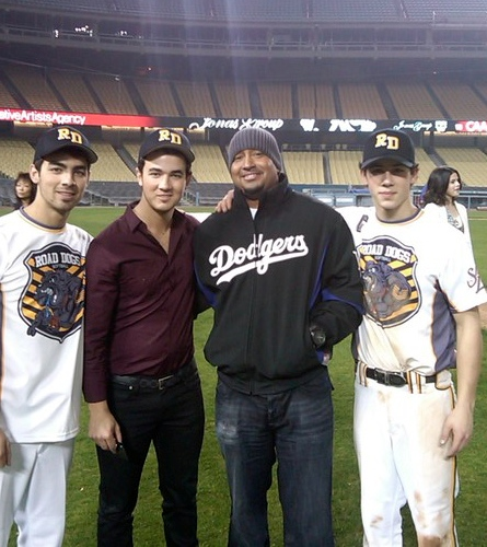 Jonas Brothers: Candids&Noticias [CLOSED] - Página 5 Jonas-selena-road-dogs-BDLT