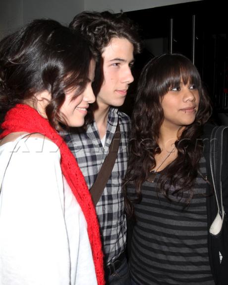 Nick Jonas Cita y Cena con Selena Gomez [PICS!] Njonasdate020210_26-full