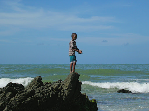 Niño pescando en Chirimena Miranda Venezuela