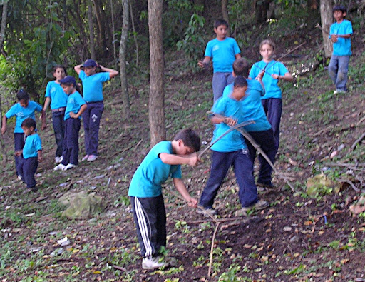 Niños jugando en el Mirador de la Cota Mil (Caracas, Venezuela)