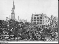 Bundesarchiv_Bild_183-08778-0001%2C_Dresden%2C_Tote_nach_Bombenangriff[1]