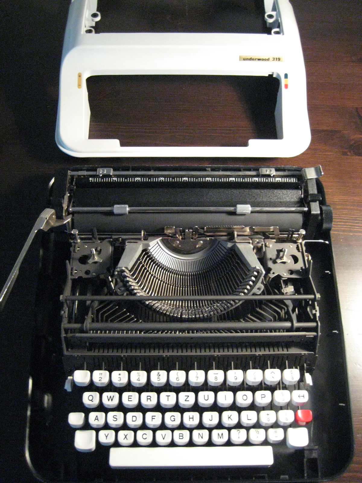 What is the difference between manual, electric and electronic typewriters?