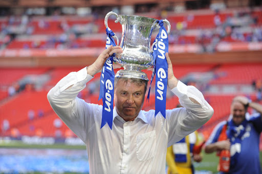 guus hiddink celebrating fa cup victory