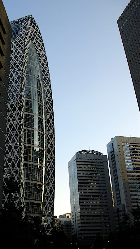 Cocoon Tower as seen from Nishi-Shinjuku, street level