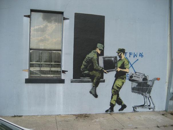 http://lh4.ggpht.com/_9F9_RUESS2E/SsUntFHSb5I/AAAAAAAABRM/76oHjtlnraE/s800/banksy-graffiti-street-art-looters.jpg