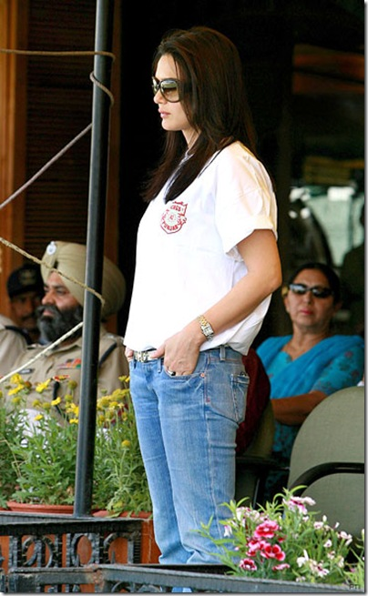 Preity_Hugs_and_kisses_02