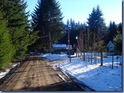 O nosso segundo e último dia em Villa La Angostura estava ainda mais lindo que o primeiro, tão frio quanto e bem nevado :-) Essa é a rua do nosso hotel. Estamos saindo para caminhar pelas ruas do bairro, Puerto Manzano