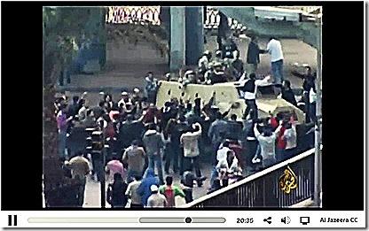 Multidão cerca tanque do exercito no Egito