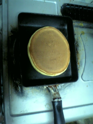 表面がブツブツになって乾いてきたらひっくり返す。2分ほど焼く。