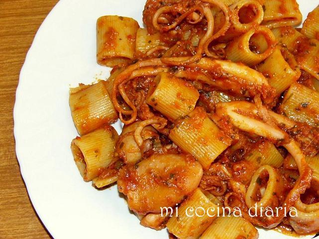 Pasta con salsa de tomates y pulpitos (Паста с томатным соусом и осьминожками)