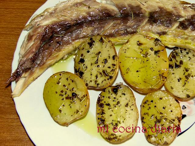 Mújol al horno con patatas (Кефаль-лобан запеченая с картофелем)