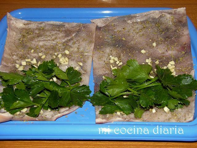 Alubias con rollitos de piel de cerdo (Фасоль с рулетиками из свиной шкурки)