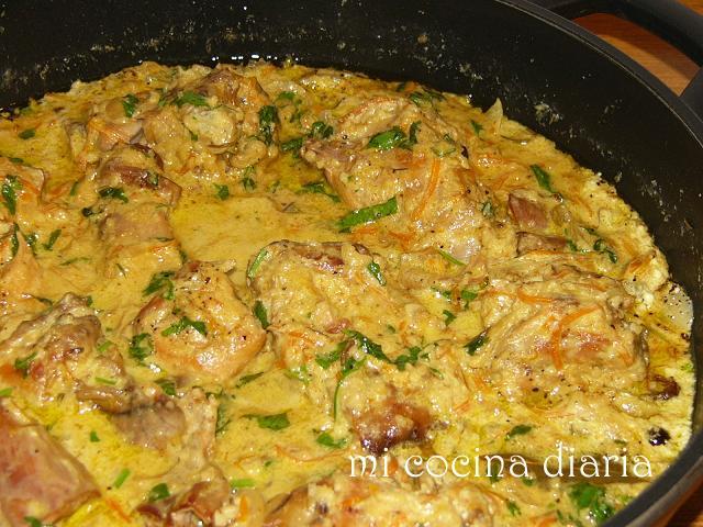 Conejo estofado con nata agria y almendras (Кролик тушеный со сметаной и миндалем)