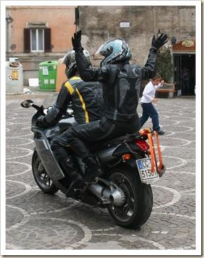 016-Due tute e una moto