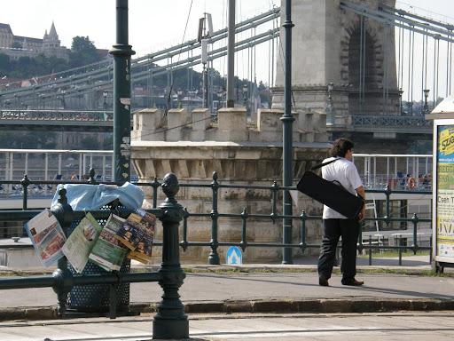 illegál reklám, illegális, Budapest,  Duna-korzó, Dunakorzó, korzó,  V. kerület,  graffiti,  falfirka, éttermek, képek,  fotók. pictures,  stockphoto,  photostock, photos for sale, eladó képek, belváros,  Dunapart,  turizmus millió, millió, millió illegális reklámfüzet és plakát a korzón