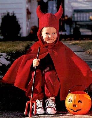 Disfraz de demonio para niño con moldes de la capa y la capucha