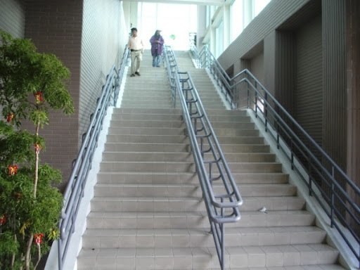 04走樓梯進車站.JPG