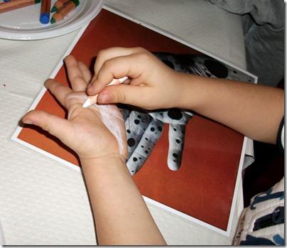 Aj dipinge la sua mano da dalmata