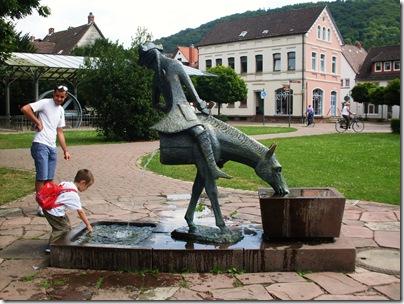Il cavallo tagliato a metà nella Munchausen Platz a Bodenwerder