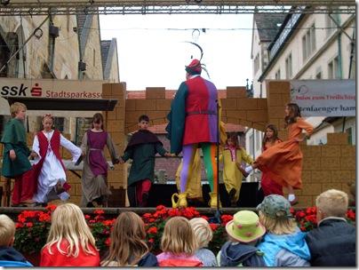 Una scena dallo spettacolo del pifferaio ad Hameln