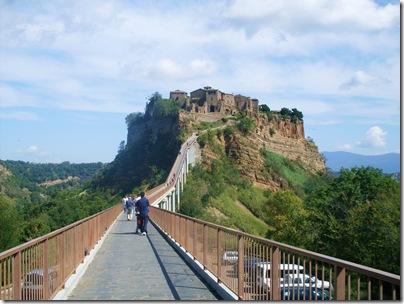 Attraversando  il ponte verso la Civita