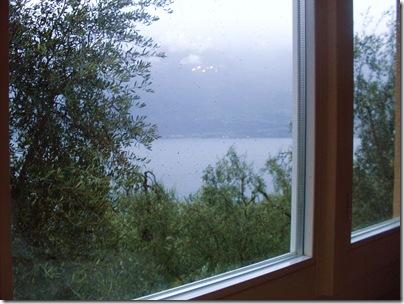 Il Lago dietro una finestra dell'Hotel Villa Margherita a Limone