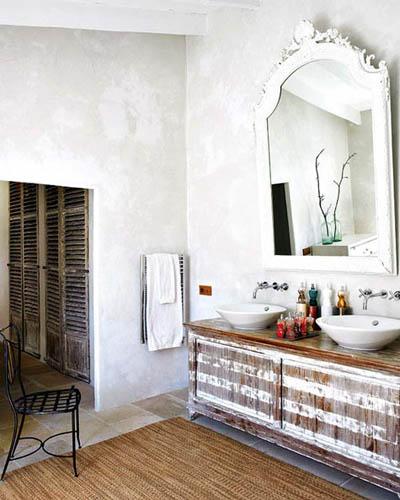 Baño Rustico Moderno:Este mueble recuperado de madera parcialmente decapada me parece una