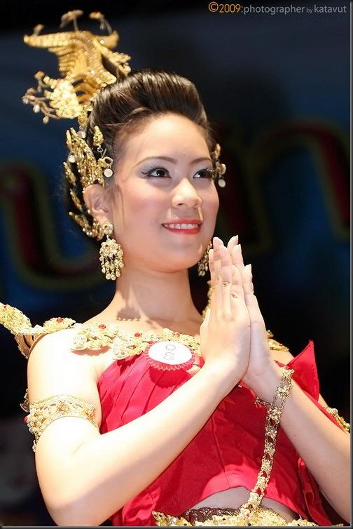 ไหว้ ในแบบชุดไทย  ภาพวัฒนธรรมไทย คุณค่าที่น่าเก็บ