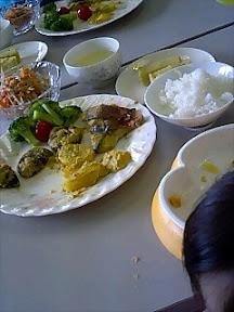 セミナーの調理実習の試食風景。右手前は ガツガツもえちゃん
