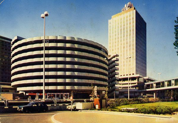 Cartes Postales Pop et  Kitsch des années 50, 70 et 70 - Pop and kitsch vintage postcards from the fifties, the sixties and the seventies : LYON (Rhône) Tour de l'UAP et parking des halles de la Part-Dieu