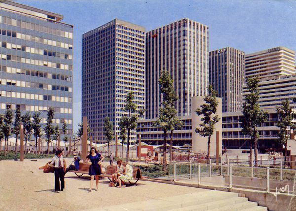 Cartes Postales Pop et  Kitsch des années 50, 70 et 70 - Pop and kitsch vintage postcards from the fifties, the sixties and the seventies : 92400 COURBEVOIE (Hauts-de-Seine) Quartier de la Défense Tours Esso, Europe, Aquitaine, E.d.F.-G.d.F., Aurore, Vision 80