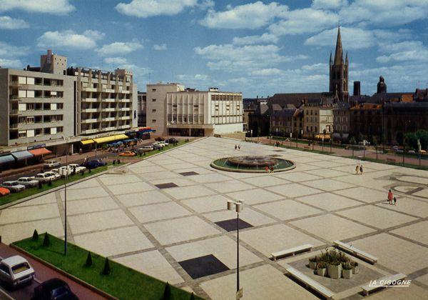 Cartes Postales Pop et  Kitsch des années 50, 70 et 70 - Douceur de vivre : Limoges (Haute-Vienne) Place de la République et l'Eglise Saint-Pierre