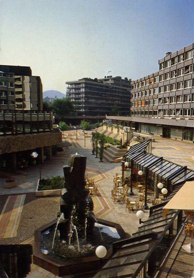 Cartes Postales Pop et  Kitsch des années 50, 70 et 70 - Douceur de vivre : CHAMALIERES (Puy-de-Dômes) Le Nouveau centre EUROPE