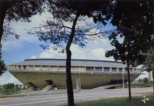Cartes Postales Pop et  Kitsch des années 50, 70 et 70 - Pop and kitsch vintage postcards from the fifties, the sixties and the seventies : SAINT-NAZAIRE (Loire-Atlantique) La salle omnisports, en forme de coupole