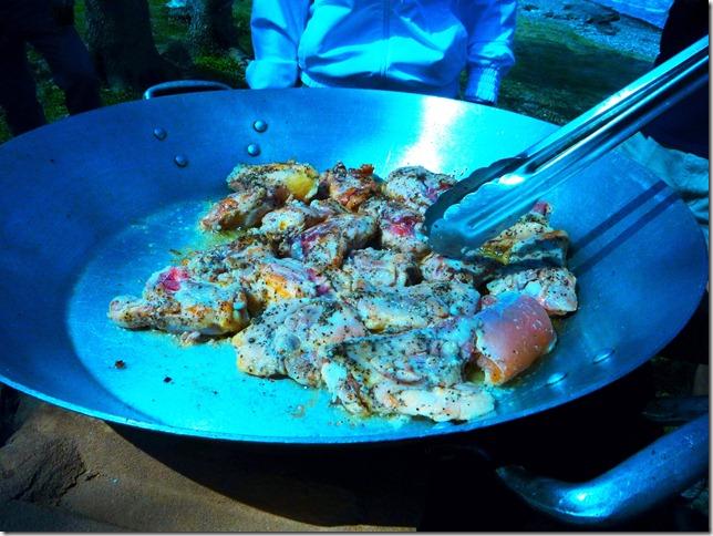 En el aceite biencaliente sella y dora el pollo y reservalo