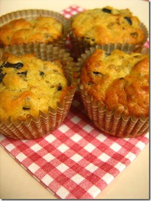 muffin alla feta, pomodori secchi e olive nere