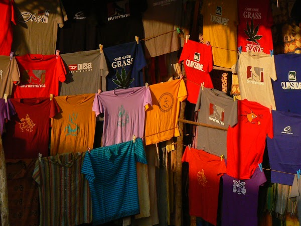 Imagini India Goa: tricouri la Anjuna Market
