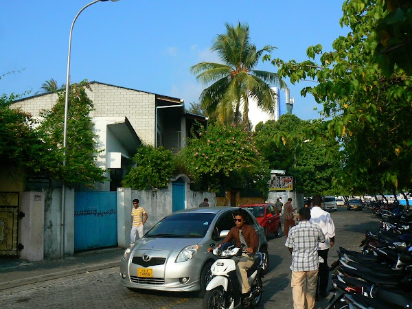 Imagini Maldive:strada din fata hotelului Maagiri Guesthouse Male