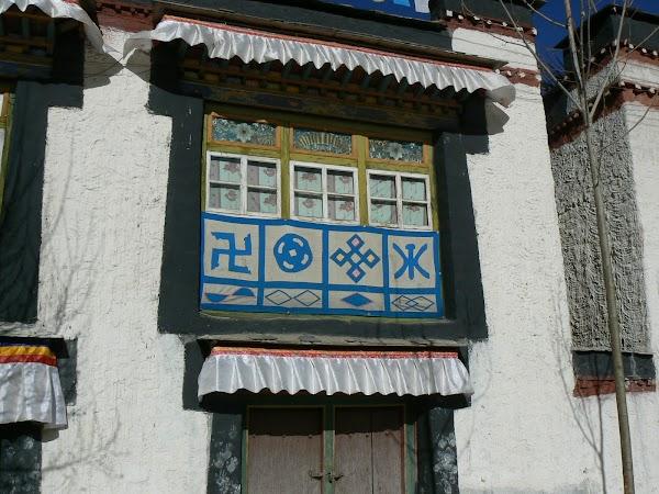 Obiective turistice Tibet: simboluri auspicioase inclusiv zvastica.JPG