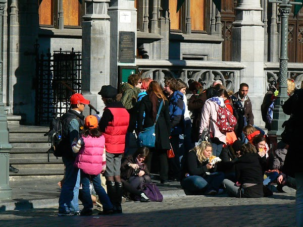 Obiective turistice Belgia: turisti in Grand Place, Bruxelles