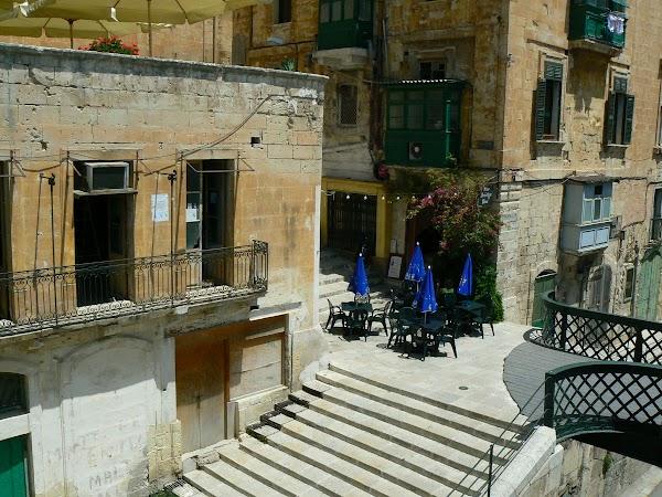 Obiective turistice Malta: stradute din Valletta.JPG
