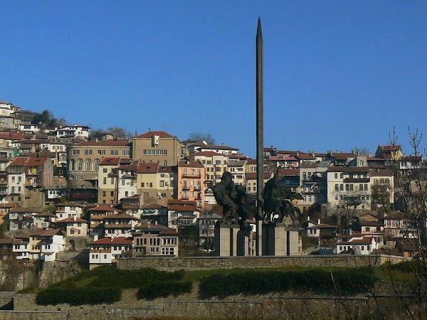 Obiective turistice Bulgaria: statuia Asanestilor,